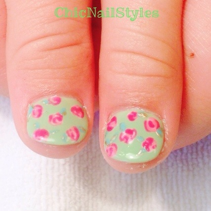 This floral pattern on the thumbs reminds me of a pretty Easter dress :)
